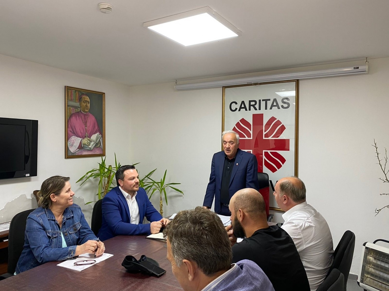 Drejtori Gjeneral i Caritas Kosova Don Viktor Sopi mbajti takim koordinues me stafin